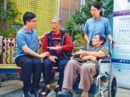 東華三院青年護理服務啟航計劃,兩名青年陳美育(藍衣女)、胡澤霖(藍衣男)均指要有愛心,加入院舍當保健員。